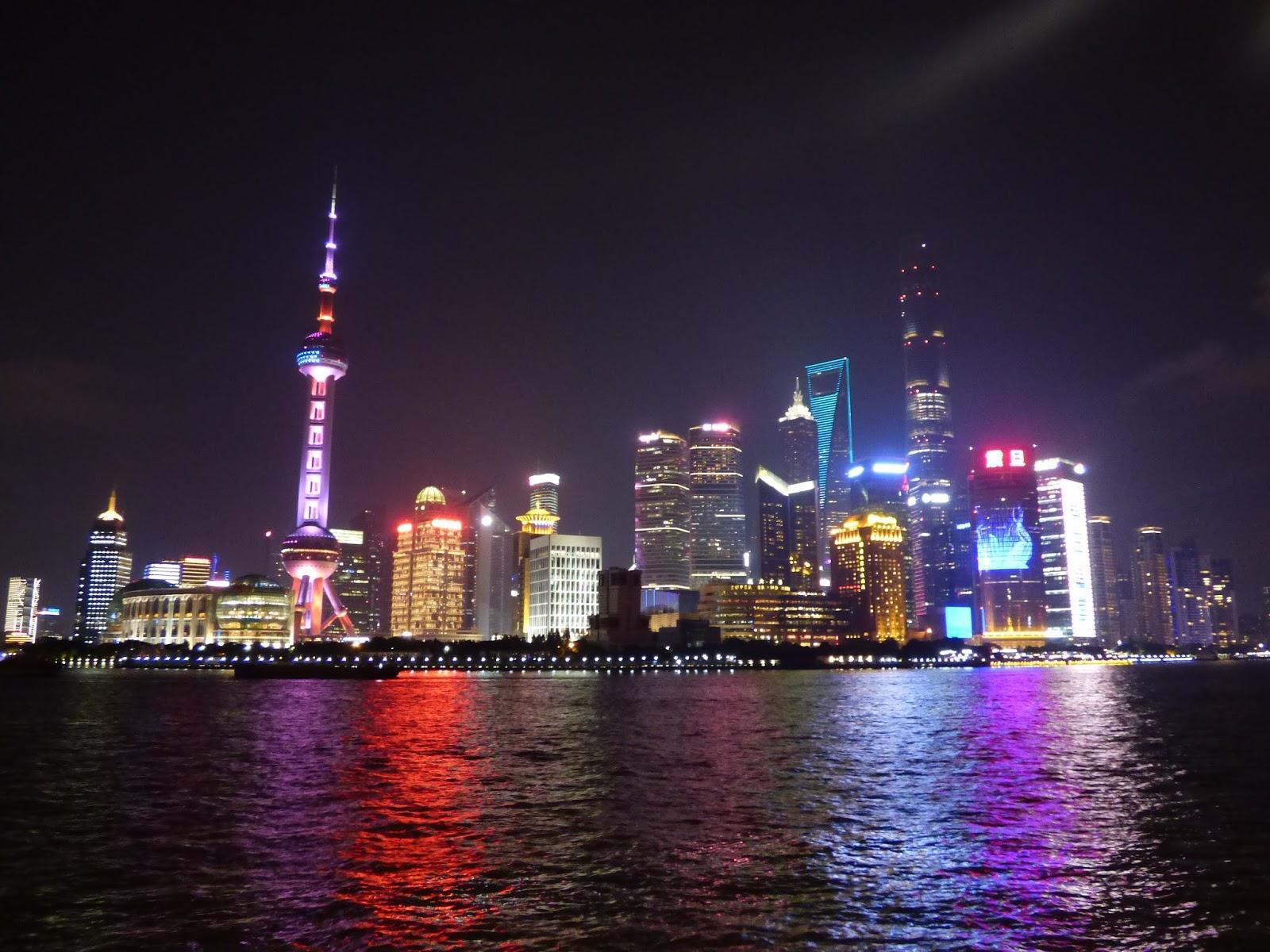 Sanghaj felhőkarcolók este