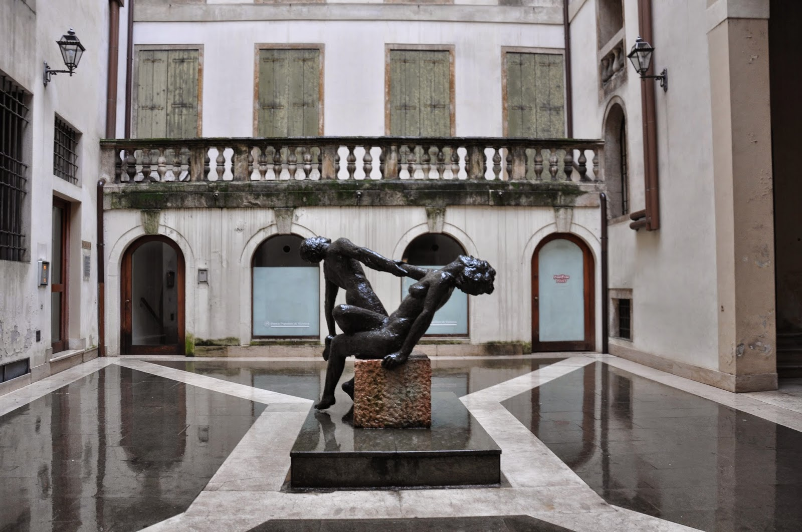 dancing couple statue rain Vicenza
