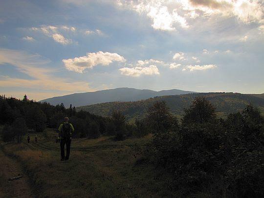Widok z Beskidka na masywy Mędralowej i Babiej Góry.