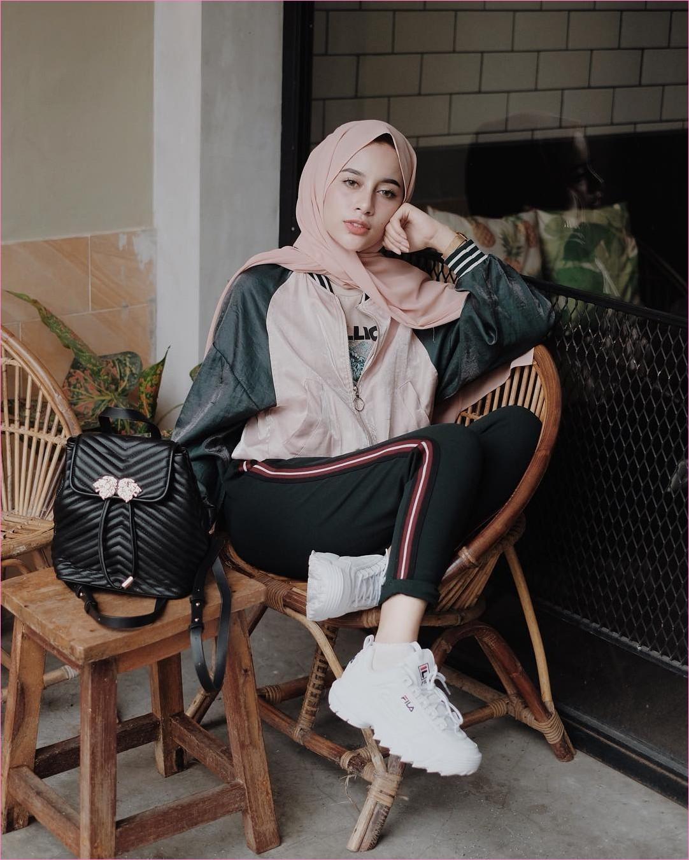 Outfit Kerudung Pashmina Ala Selebgram 2018 hijab pashmina diamond baby pink t-shirt mangset jaket boomber hijau army celana training hitam backpack kets sneakers fifa kaos kaki putih ootd trendy kekinian hijaber kursi kayu