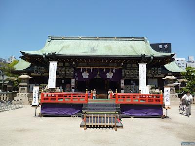 舞台と拝殿