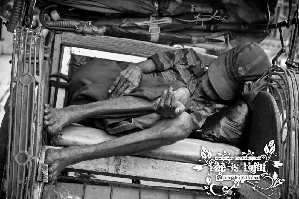 tukang becak tidur