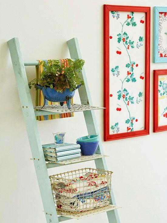 Uma escada que funciona como estante