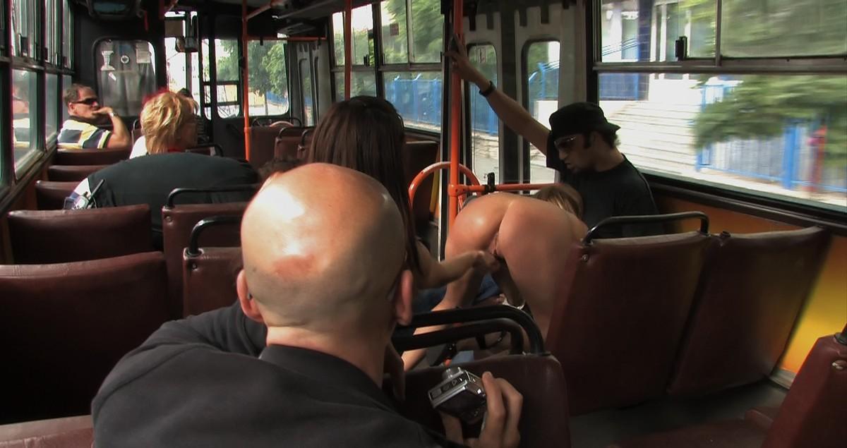 девушки на приколи автобусе приставание подняла главных