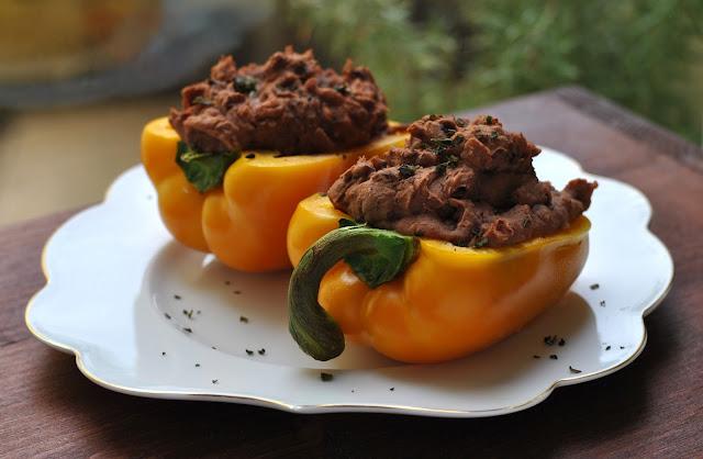 Paprika gefüllt mit Kartoffeln und Bohnenmus