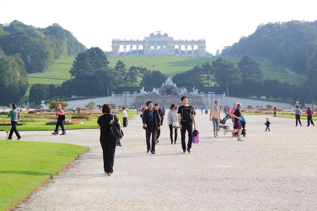 Viena - Palatul Schonbrun - Curtea cu vedere spre pavilionul Gloriette - blog Foto-Ideea
