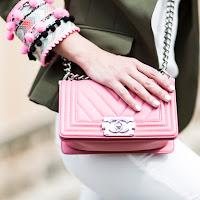 Жакет цвета хаки с розовой сумкой