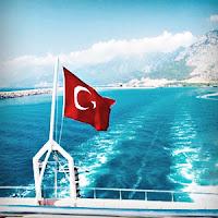 Bir Türk gemisinin arkasında dalgalanan Türk bayrağı
