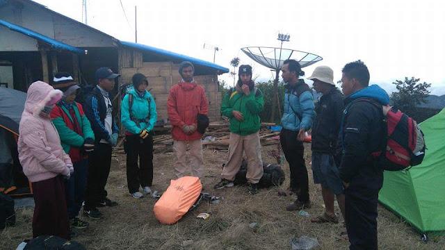 Pendaki Gunung Marapi asal Dumai yang tergabung dalam komunitas Rumah Penjelajah Dumai, mempersiapkan diri untuk melakukan pendakian menuju puncak Gunung Marapi di Sumatera Barat