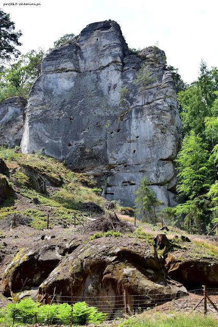 Hruboskalsko- żółty szlak i odsłonięte skały