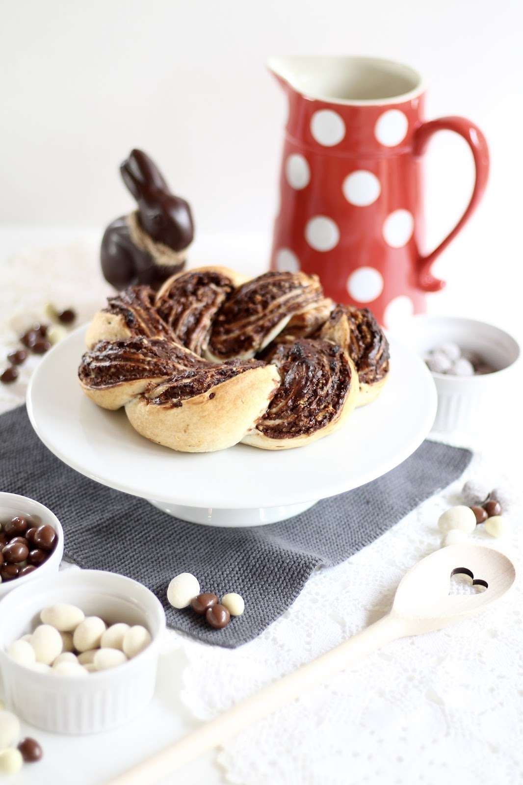 Schokoladen-Osterkranz aus Blätterteig mit Knusper-Krokant