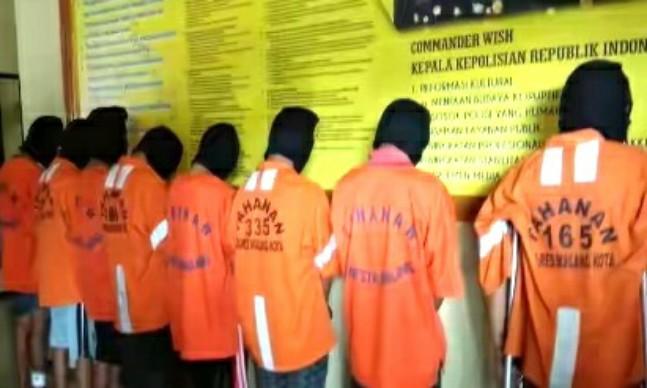 "Indikatormalang.com - Tim Reskrim Polres Kota Malang berhasil meringkus sebanyak lima orang anggota jaringan Mahasiswa pencuri motor.  Komplotan mahasiwa tersebut berasal dari salah satu Perguruan Tinggi yang ada di Kota Malang. Rata-rata Komplotan mahasiswa tersebut berasal dari daerah Tapal Kuda.  Masing-masing pelaku berinisial AE (24) dan MH (26), keduanya berasal dari lumajang. Sementara sisanya FA (23) dan DDC (21) warga Probolinggo, serta MH (21) asal Situbondo.  ""Semua pelaku terbukti mencuri. Ada 10 TKP, kebanyakan berada di kawasan Malang"" ungkap AKBP Hoiruddin Hasibuan, Kapolres Malang Kota saat jumpa pers dalam gelar perkara, Rabu (26/4/17).  Menurut AKBP Hoiruddin Hasibuan, para pelaku rata-rata masih semester 4 dan 6.  Mirisnya, motif mereka melakukan pencurian sepeda motor untuk keperluan pesta Narkoba. ""Ini kan susah, curi motor untuk beli narkoba, ya salah fatal"" tambah Hoiruddin.  Salah satu bukti yang diamankan dari para tersangka adalah motor dinas milik Pemkab Malang yang dicuri dari kawasan perumahan Joyogrand Merjosari.  Dari keterangan para tersangka, dalam melakukan aksinya mereka menyasar kawasan sepi seperti tempat parkir. Ketika beraksi mereka menggunakan kunci T untuk menjebol kunci sepeda motor yang menjadi target.  Dari hasil gelar perkara ditahui hasil motor curian tersebut dijual kepada seorang penadah bernama M Sukur (40) warga Lumajang. Hasilnya, digunakan untuk kepwrkuan membeli narkoba.  Atas perbuatannya kelima pelaku terancam pasal 363 KUHP dengan ancaman diatas 5 tahun penjara."