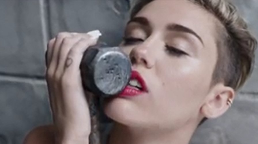 Lirik Lagu Wrecking Ball | Miley CYRUS