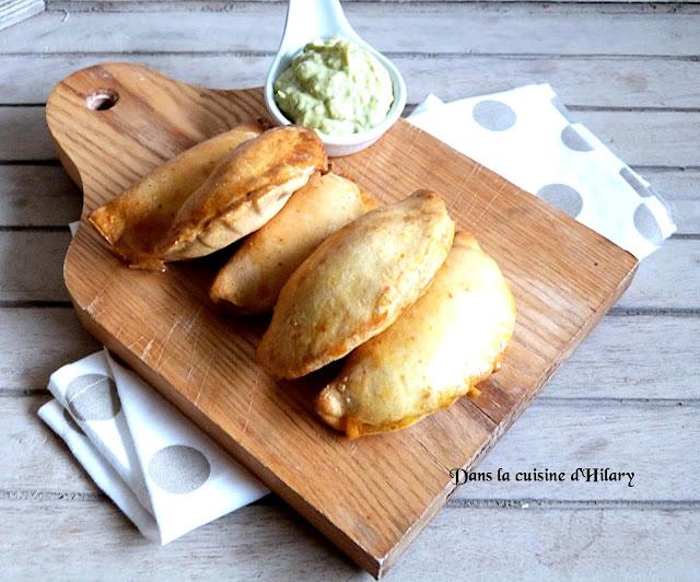 Empanadas au poulet piquant, légumes et sa crème à l'avocat