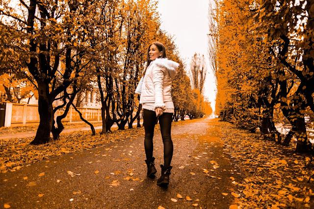 Lateksowa biała kurtka oraz UGG z dziewczęcymi kokardkami - Czytaj więcej