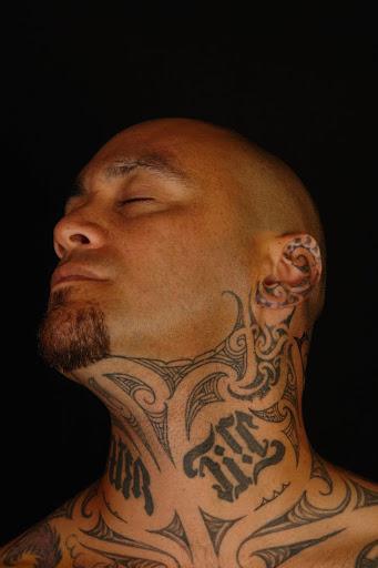 Este bad ass maori tatuagem no pescoço