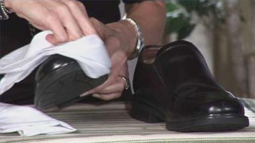Namun sebelumnya kenali terlebih dahulu bahan dasar sepatu kamu sebelum  memutuskan untuk merawatnya 43f18d798a