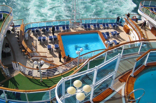 Horizon Terrace pool and bar on the Ruby Princess Lido Deck