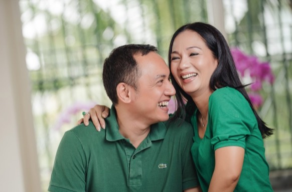 Umur Bukanlah Penghalang Untuk Kahwin Dengan Lelaki Muda. 6 Selebriti Wanita Buktinya.