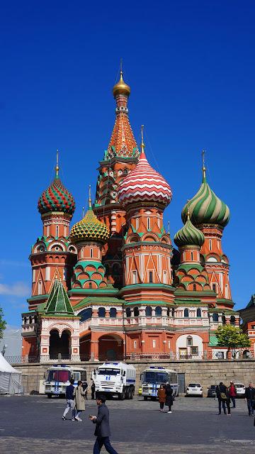 На фото - общий вид на Храм Василия Блаженного с моста