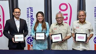 gambar empat manusia memegang plak ASTRO