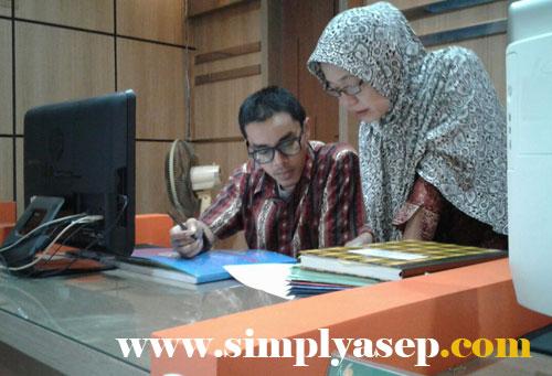 INFORMASI : Dua orang staf BNP2TKI  Pontianak inilah yang memberikan banyak informasi mengenai prosedur menjadi TKI Resmi. Foto Asep Haryono