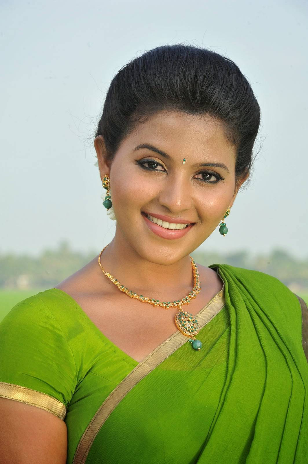 Anjali Latest 2016 Photos In Spicy Green Saree