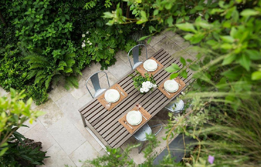 un giardino elegante e minimale dedicato alla convivialità e al relax