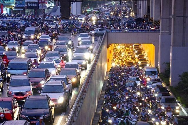 Tình trạng ùn tắc giao thông trên địa bàn TP Hà Nội vào giờ cao điểm ngày càng nghiêm trọng