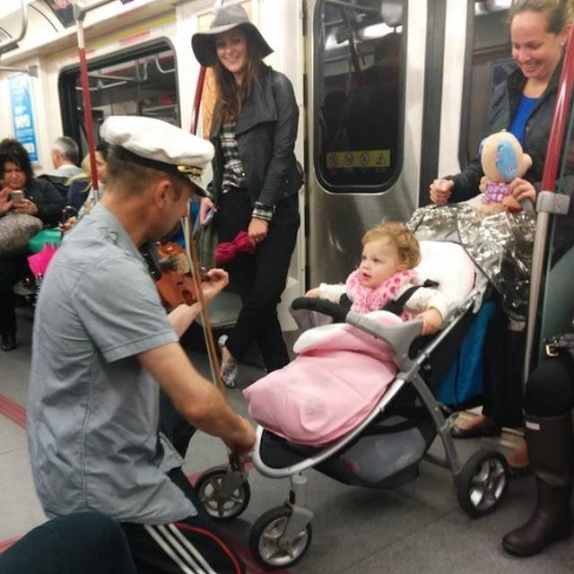 Um homem no metrô parou para tocar violino para acalmar o bebê chorando