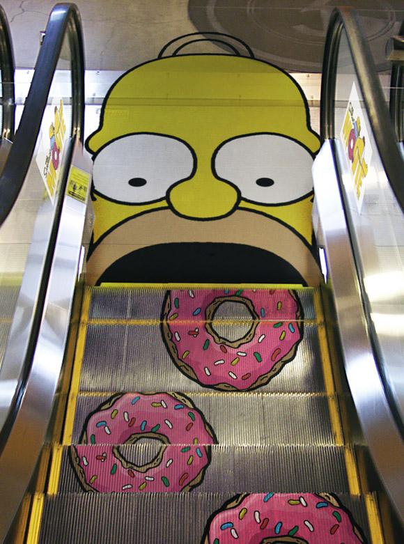 Homero Simpson  en escalera eléctrica