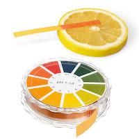 Renk değiştiren pH ölçüm kağıtları ve bir dilim limonun pH ölçümü