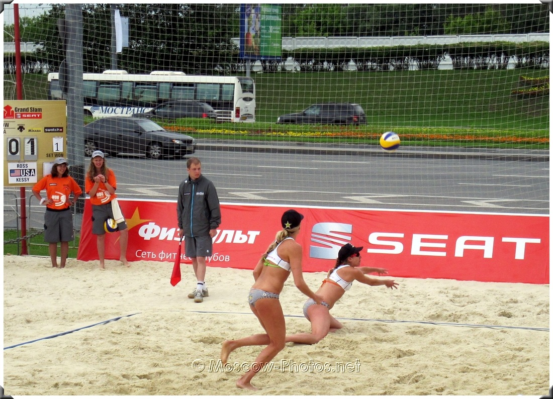 BEACH VOLLEYBALL TWO HAND SERVE RECEPTION