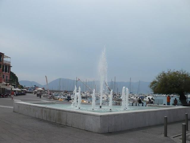 fontana nella piazza di lerici