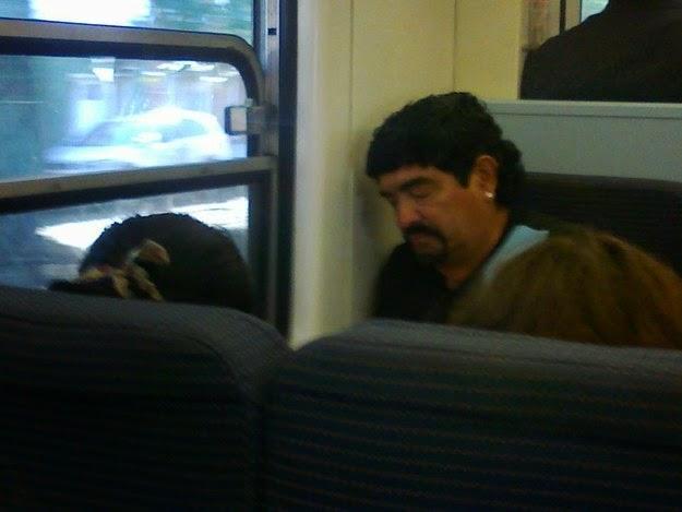 Maradona durmiendo un poco antes de llegar a su destino