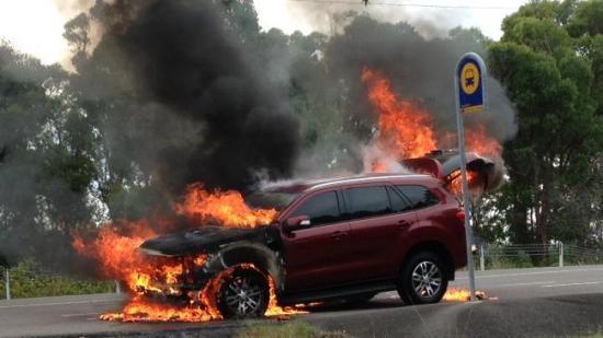 Bảng chạy thử của Ford Everest 2016 đột nhiên bốc cháy