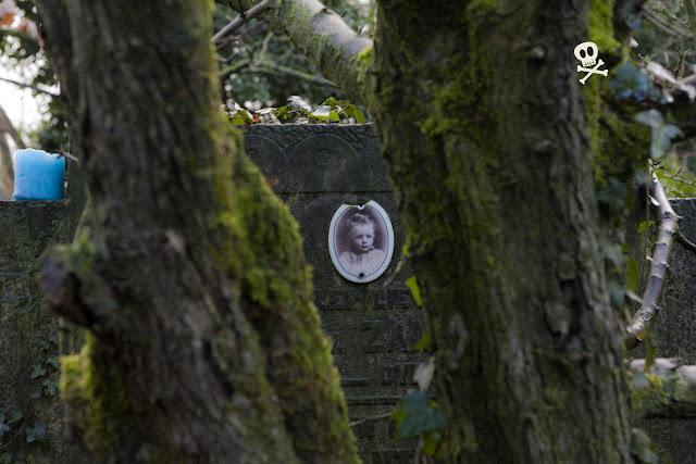 Retrato fotográfico de niño pequeño en tumba de infante