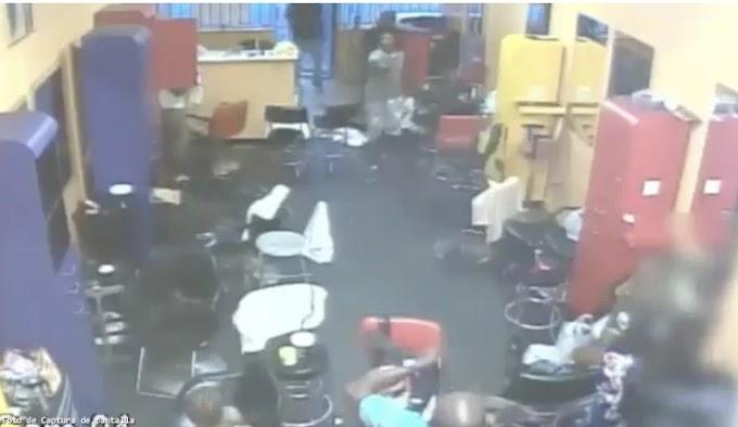 #Video Hombre ahuyenta con una escoba a asaltantes de una peluquería