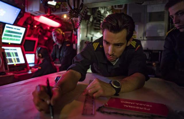 Un oficial marca la posición de los buques próximos en la mesa trazadora. CARMEN SECANELLA