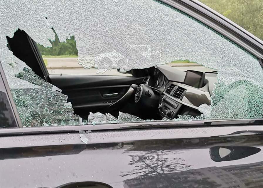 Saplaisājis auto sānu durvju logs