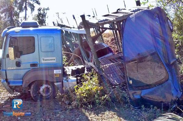 Caminhão-cegonha com 2 carros desce aterro na BR 343 em Piripiri