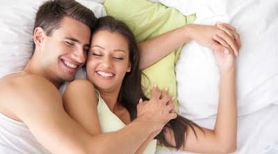 أسرع وأفضل الطرق لزيادة قدرتك وقوتك الجنسية  رجل يحضن امرأة سرير فراش علاقة جنسية زوجية حميمة hug woman man bed sex making love