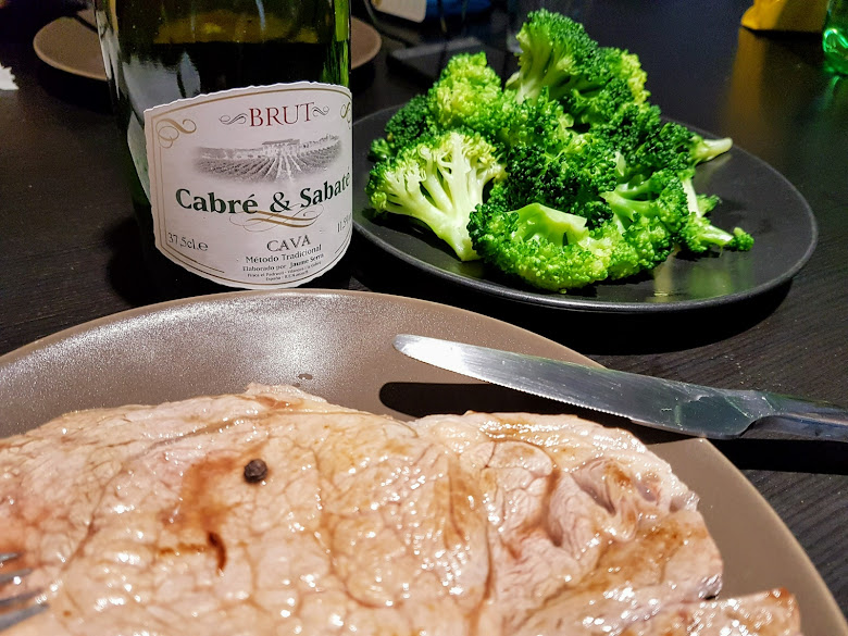 簡單的晚餐,牛排、青花菜以及 Cava