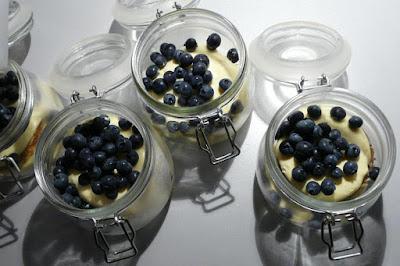Tiramisu im Glas mit Heidelbeeren