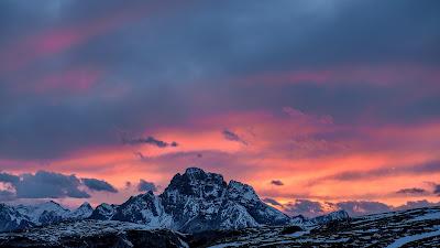 Impactantes Montañas con Nieve Con Nubes de Fondo