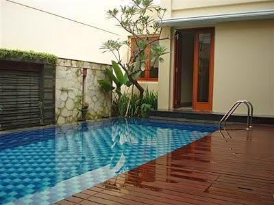 view kolam renang kecil di belakang rumah minimalis pics