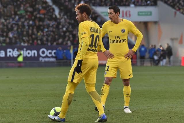 Neymar dan Angel Di Maria ketika bersiap melakukan tendangan bebas pada pertandingan Ligue 1 antara Toulouse dan Paris Saint-Germain di Stadion Municipal