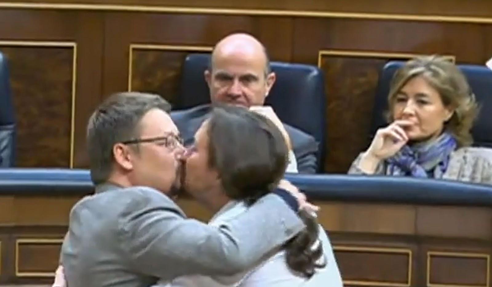 Deputados dão 'selinho' na frente de conservadores durante sessão na Espanha