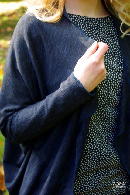 Details - Cardigan Frollein aus Stick in Blau Schnittmuster von mojoanma nähen