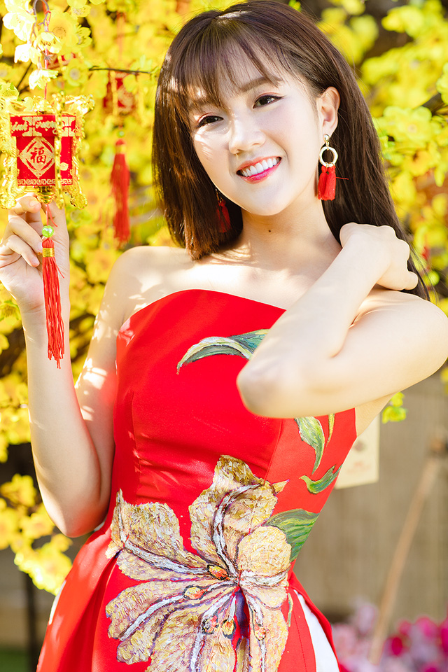 Hotgirl Nguyen Hoang Kieu Trinh and ochna integerrima flower